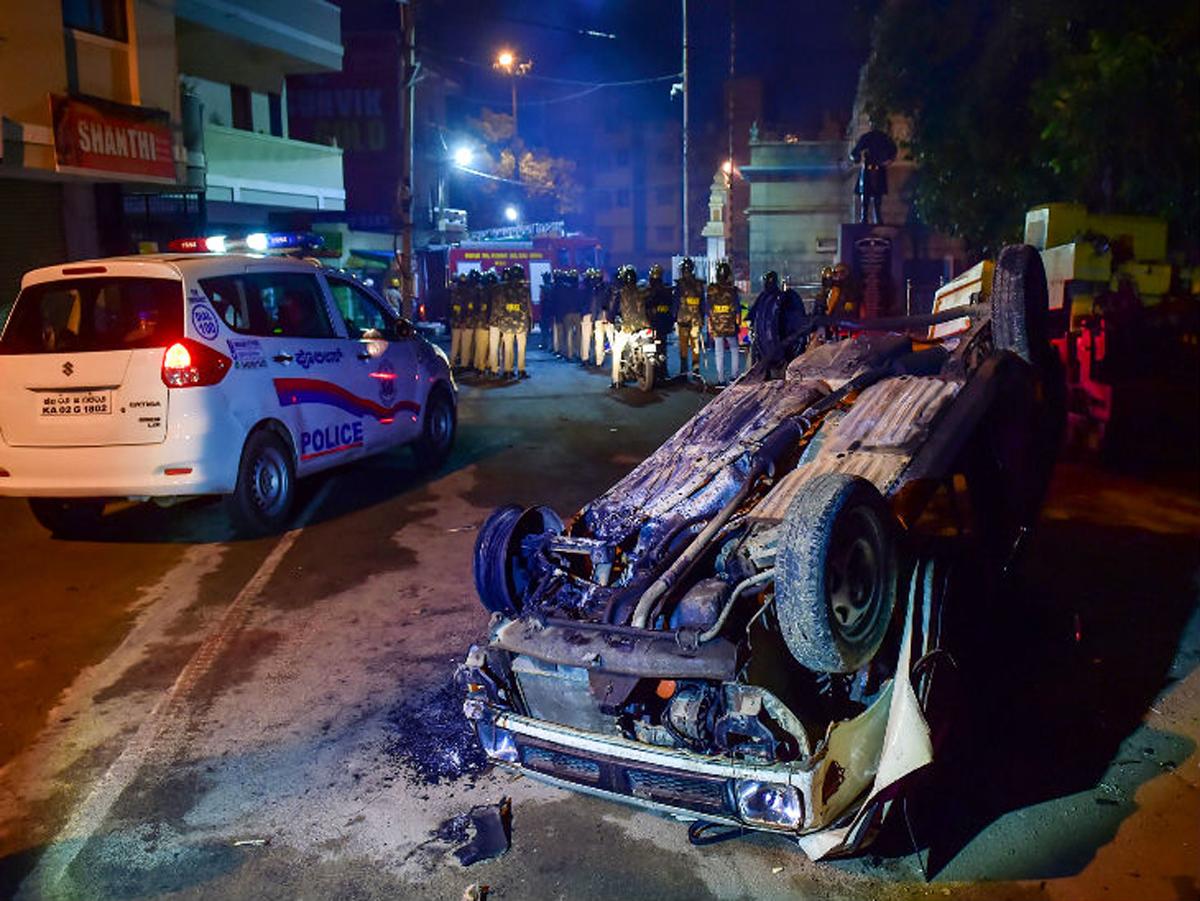 फेसबुक पोष्टका कारण भएको हिंसामा ३ जनाको मृत्यु,६० प्रहरी घाईते image